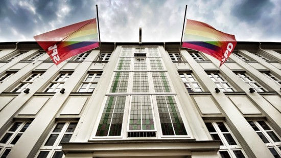 Beflaggung Kurt-Schumacher-Haus zum Christopher Street Day 2021