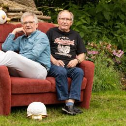 Heino und Dieter Spreen auf einem roten Sofa